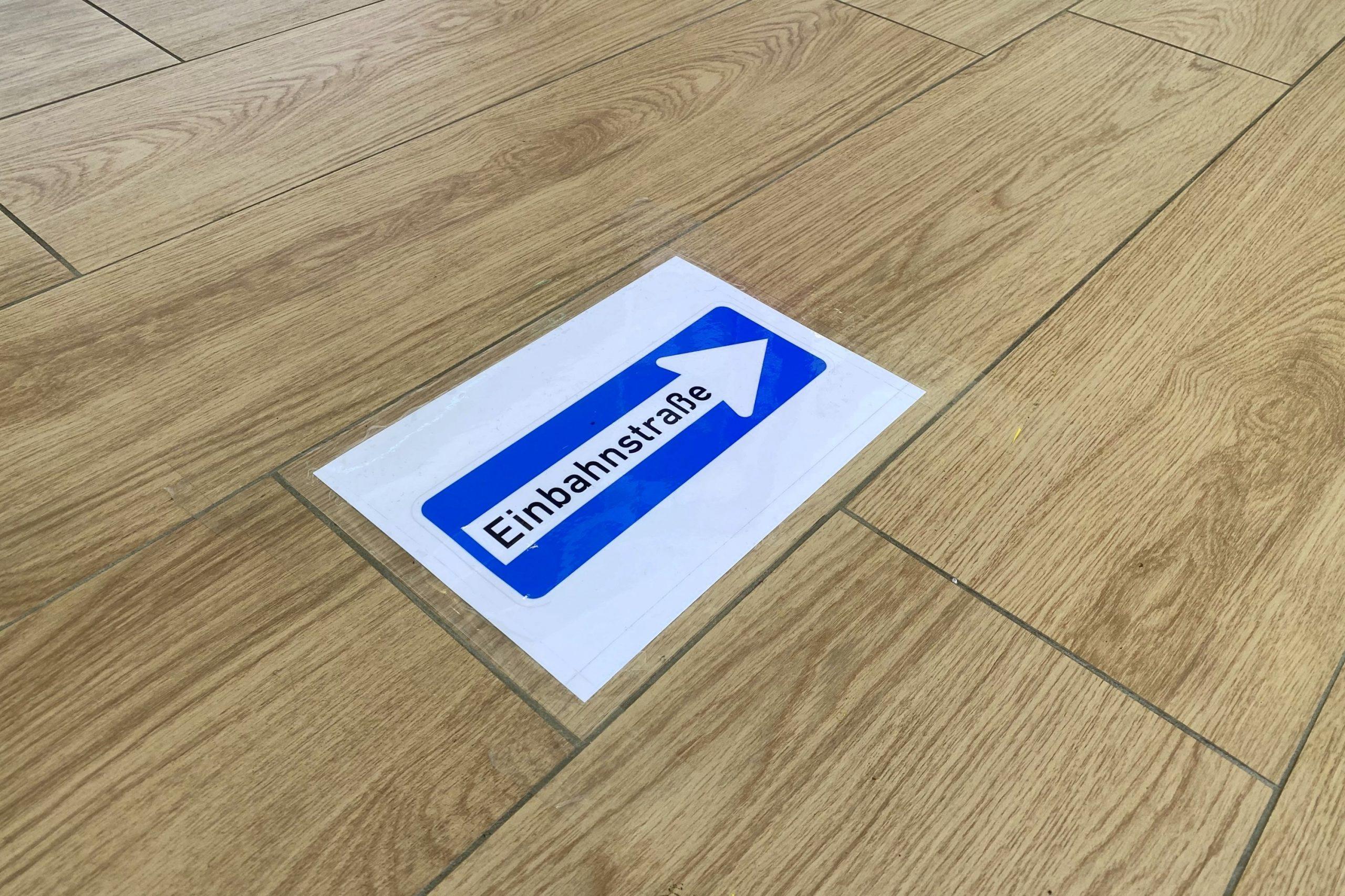 Einbahnstraßen-Schilder auf dem Boden, 1 Eingang, 1 Ausgang